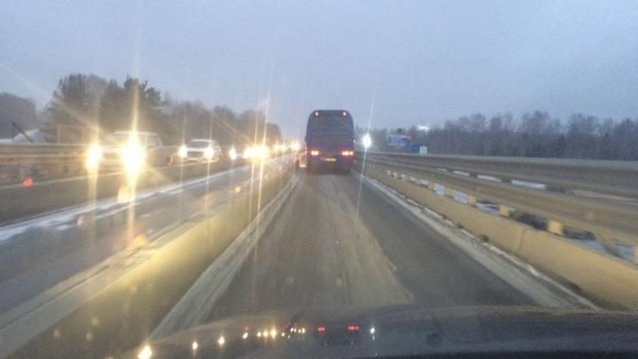 На Тюменском тракте под Екатеринбургом затянулся ремонт моста, где водители стоят в пробках