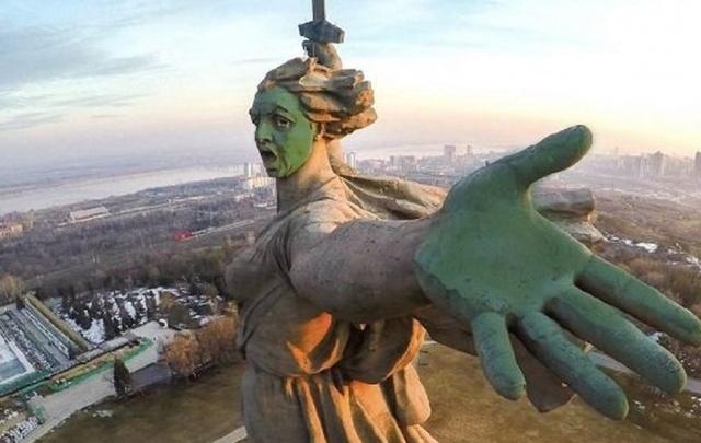 Поисковики Волгограда пожаловались прокурору на обливших зеленкой Родину-мать