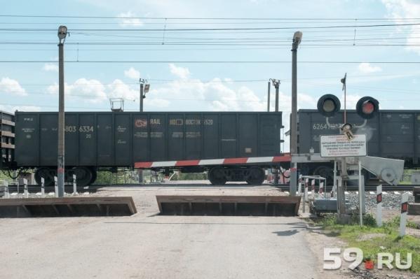 Машинист грузового поезда не смог затормозить и сбил юношу