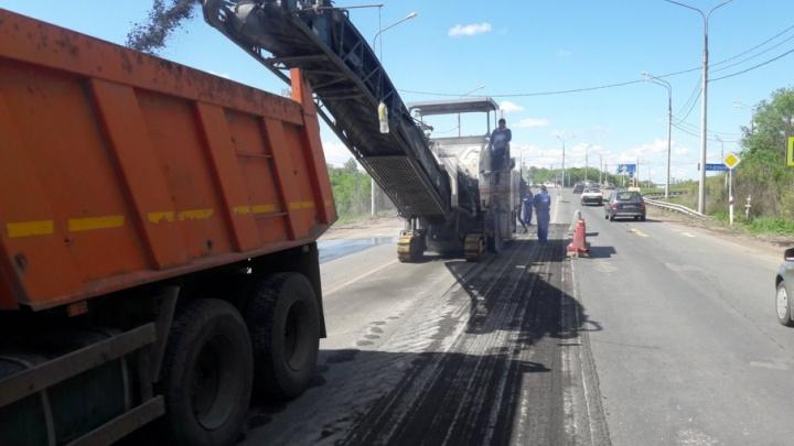 Машины объезжают по одной полосе: рабочие начали ремонтировать трассу Самара — Бугуруслан