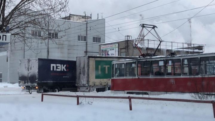 На проспекте Октября остановилось движение трамваев