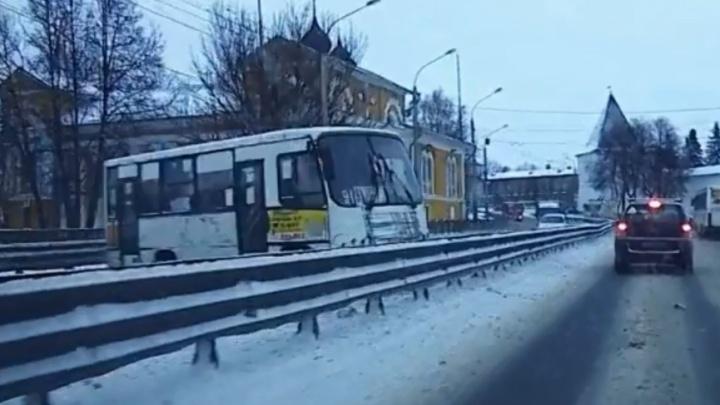 Маршрутка в Ярославле врезалась в отбойник