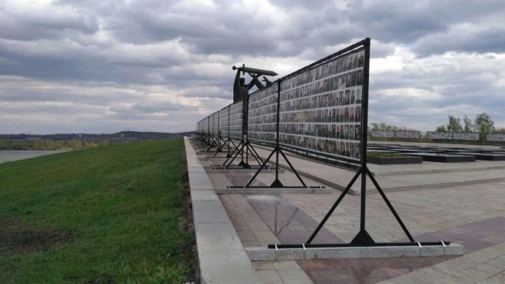 Работы на всю ночь: в Магнитогорске восстанавливают снесенную ветром «Стену Памяти»