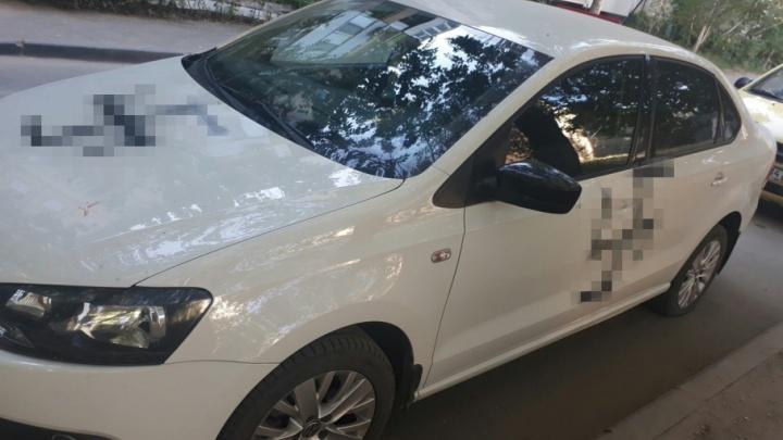 Ночью в Волгограде хулиганы разрисовали свастиками немецкую машину