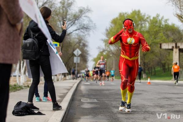 Дистанцию 42 195 метров преодолели сотни спортсменов