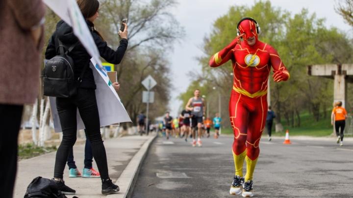 42 километра бега по Волгограду: Волгоградский марафон собрал на набережной больше тысячи участников