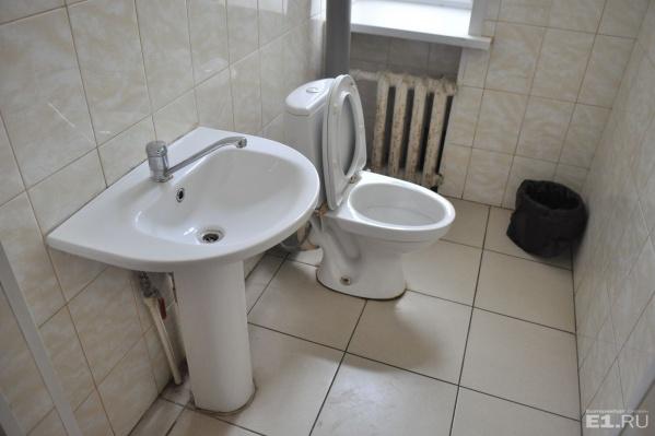Больше всего проблем доставляют выброшенные в унитаз памперсы и наполнитель для кошачьего туалета.