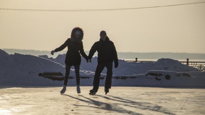 Первые падения и поцелуи: в центре Архангельска открыли бесплатный каток
