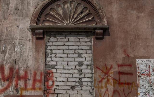 В Волгограде владельца офиса в жилом доме обязали за два месяца замуровать окна