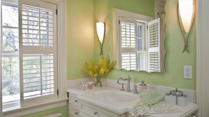 Окно в ванной комнате: экономия на электричестве и естественная вентиляция