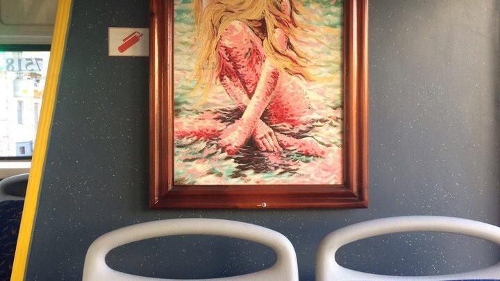 В автобусах Волгограда вместо огнетушителя используют картины с голыми женщинами