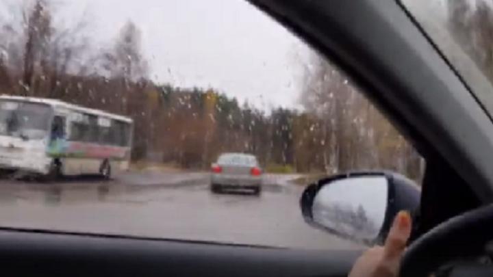 Наперерез машинам: водитель-новичок выехал на встречку, проигнорировав знаки