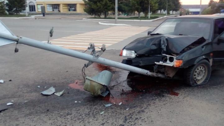 В Башкирии водитель «Лады» снёс светофор с дорожным указателем