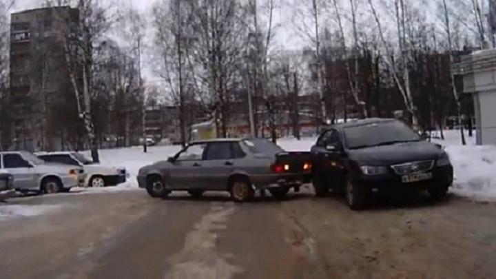 В Ярославле автохам испортил чужую машину и скрылся с места ДТП