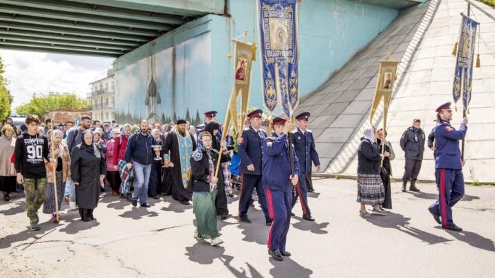 В Ярославле крестный ход на семь часов перекрыл дороги