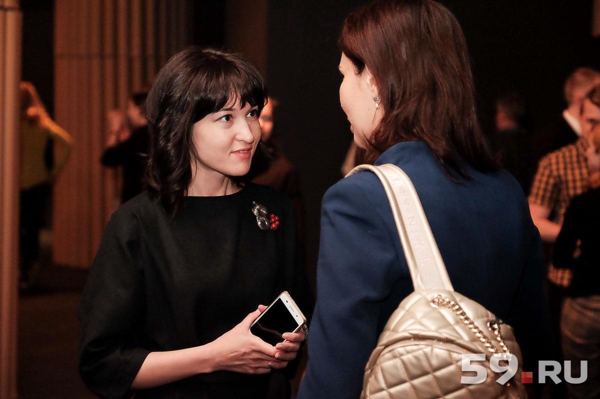 Посетители с интересом обсуждают выставку