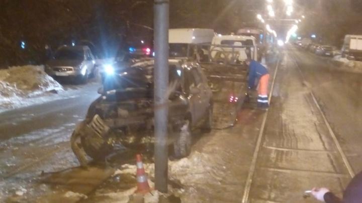 Не заметила столб: из-за ДТП на улице Аэродромной встали трамваи