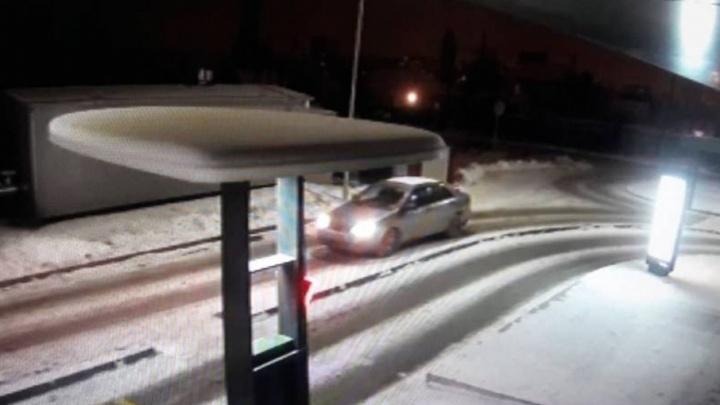 В Волгограде автомобилисту, не пропустившему машину, прострелили стекло