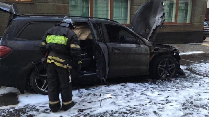 Сторонники Поклонской сожгли машины у офиса экс-сенатора от Архангельской области