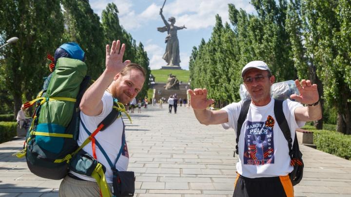 Путешественник из Грузии отправился пешком в Москву с Мамаева кургана