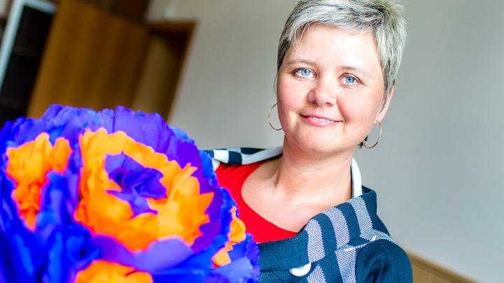 Цветы из бумаги, мантра из палочек для суши: самодельные подарки от кадровика из Челябинска