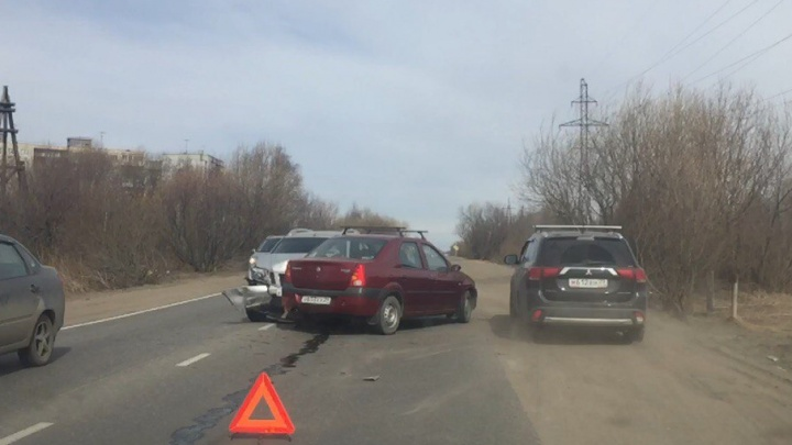 На Окружном шоссе Архангельска столкнулись «Рено-Логан» и «Ниссан-Террано»