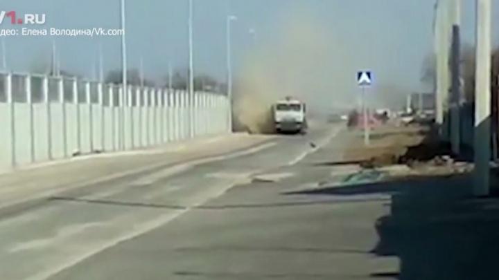Жителей Гумрака закидали камнями во время уборки шоссе Авиаторов