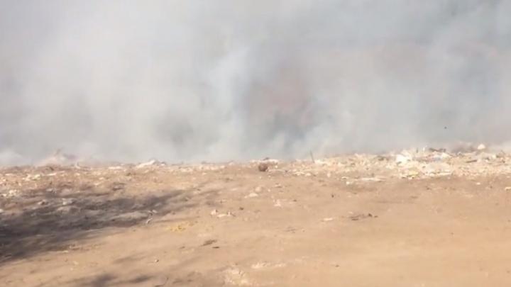 В Самаре загорелась свалка напротив кладбища Рубежное