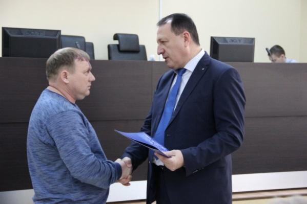 Местные власти наградили мужчину благодарственным письмом