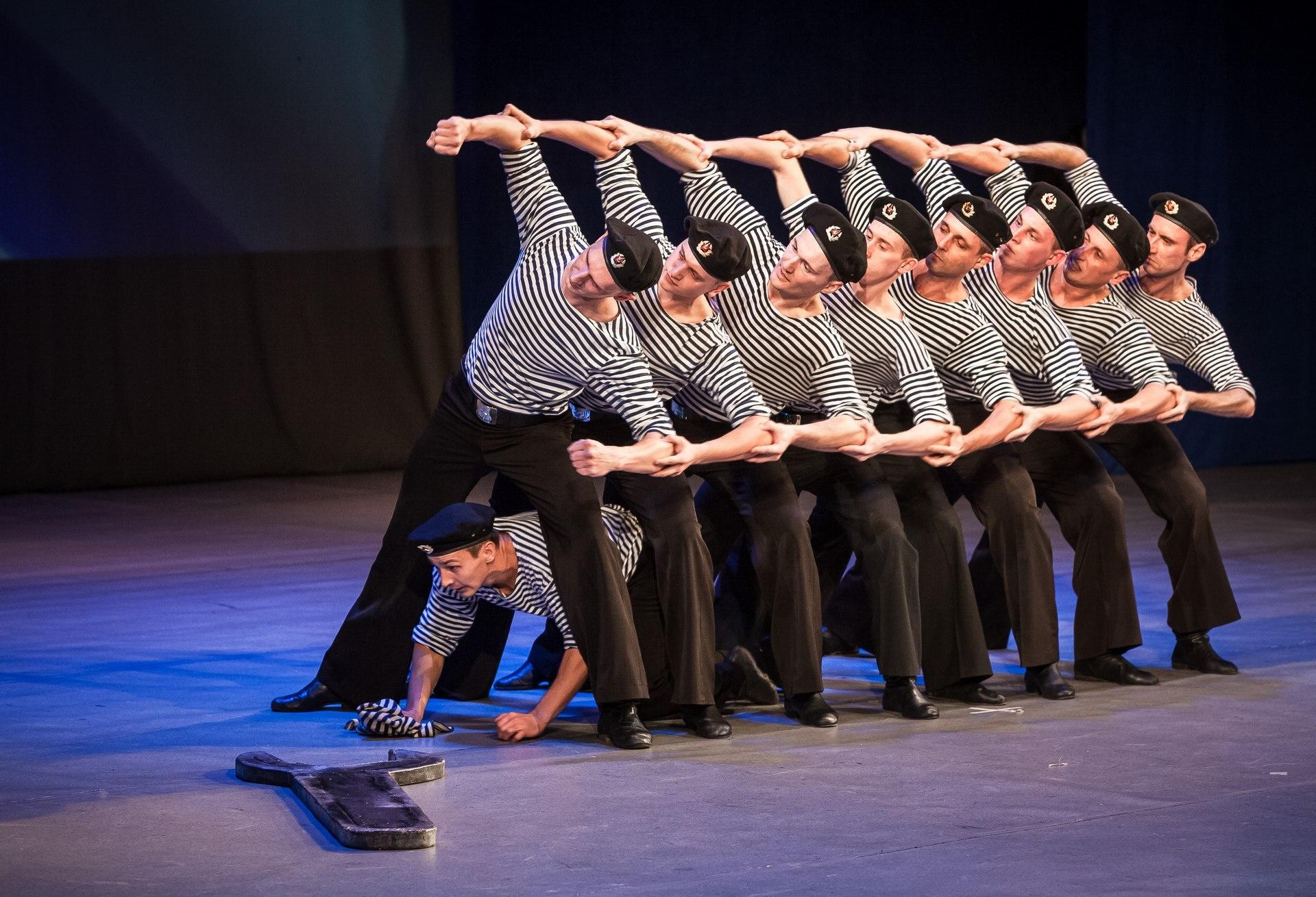 Движения механизмов точно показаны в танце