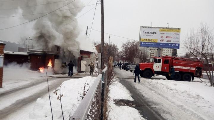 На Волгоградской сгорел гараж с автомобилем