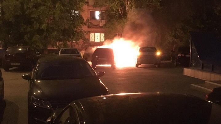 Ночью в Тюмени загорелся ВАЗ: огонь повредил еще две машины