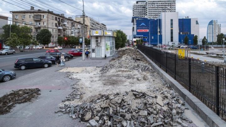 На улице Краснознаменской в центре Волгограда крушат асфальт и брусчатку