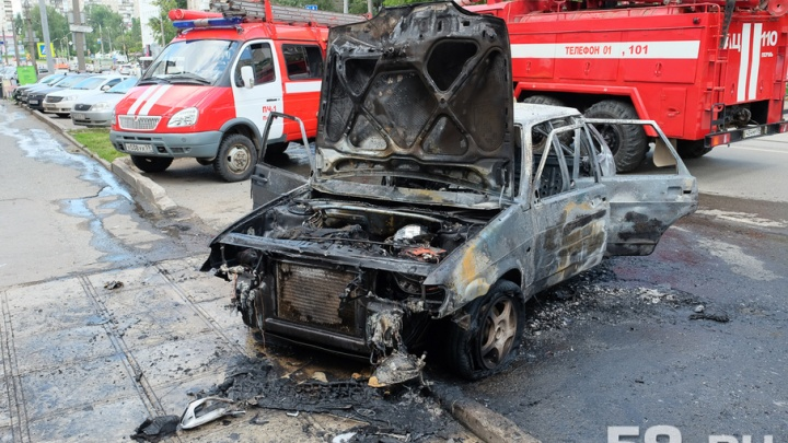 У кафе «Софья» в центре Перми загорелась машина