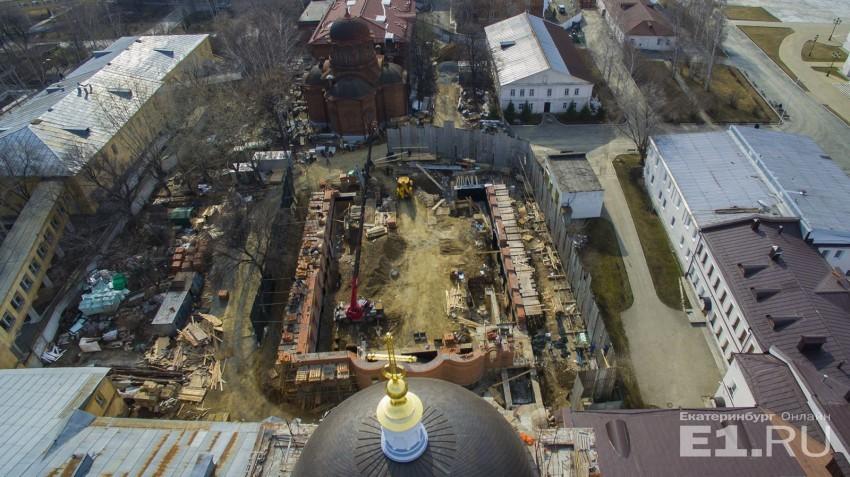 На площадке работает строительная техника.