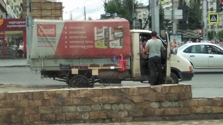 В центре Волгограда грузовик с вишней помешал ремонту дороги