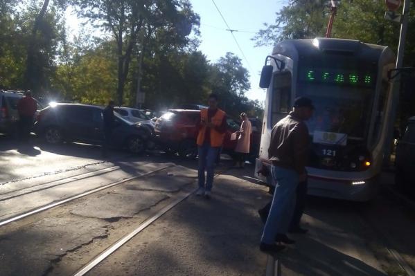 Водитель Ford Focus не пропустил Hyundai, который затем врезался в трамвай