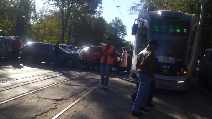 В Ростове на 14-й Линии произошла массовая авария с участием трамвая