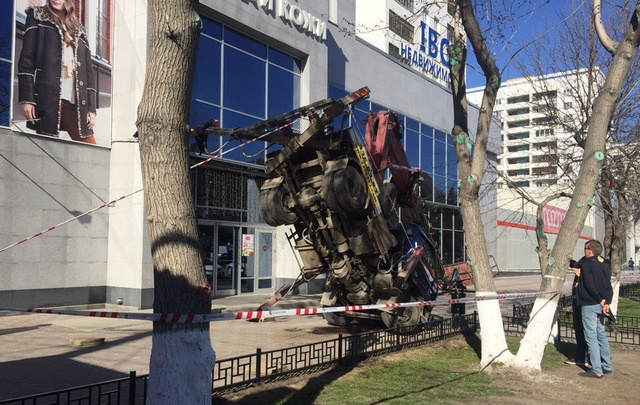 На тротуаре в центре Челябинска опрокинулся автокран с мойщицами окон