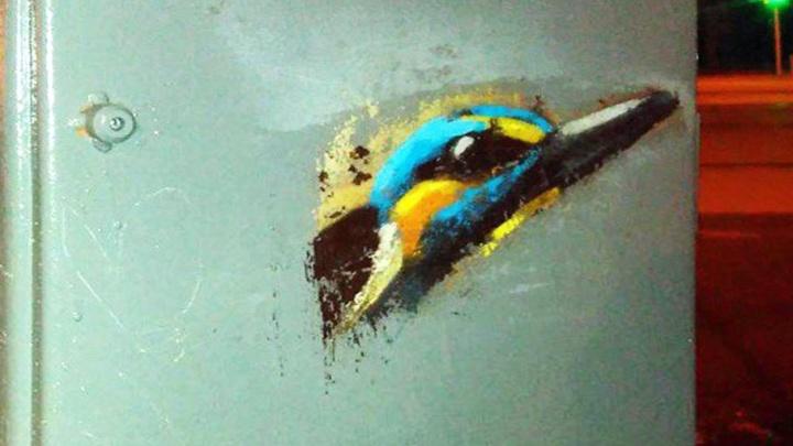 Достаточно кипятка: челябинские урбанисты предложили мэрии отмыть краску с арт-объекта с птичкой
