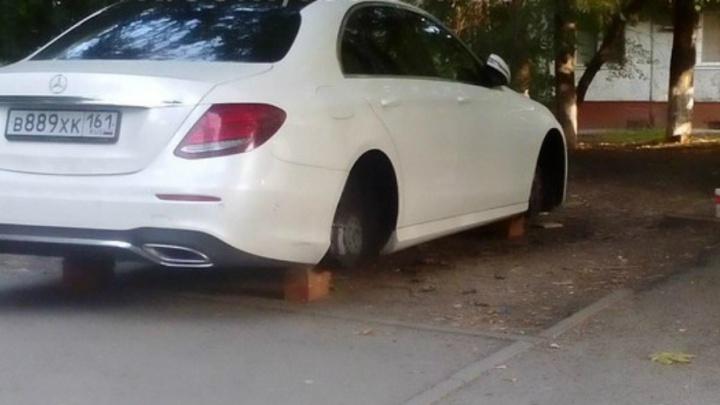 На Добровольского сняли колеса с Mercedes