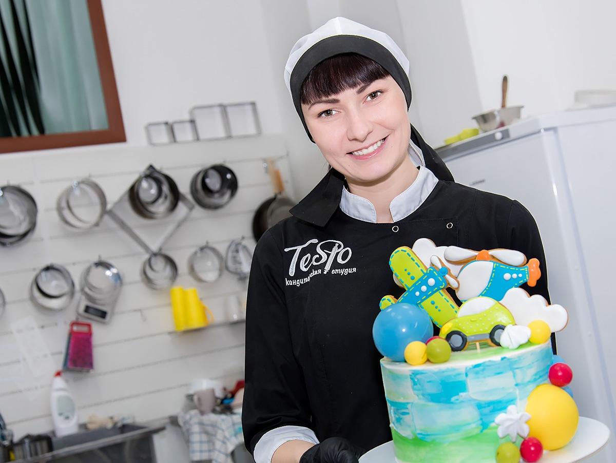 Раньше торты были с мастикой, сейчас Елена украшает их кремом, шоколадом, цветами, ягодами и фруктами
