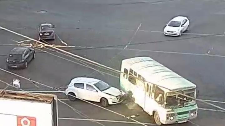 Авария с участием маршрутки остановила движение трамваев в Ленинском районе