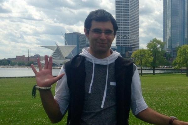 Самарец некоторое время жил в штате Висконсин, потом переехал в Нью-Йорк