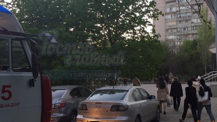 Соцсети: в Ростове из-за припаркованной машины пожарные не смогли проехать к месту ЧП