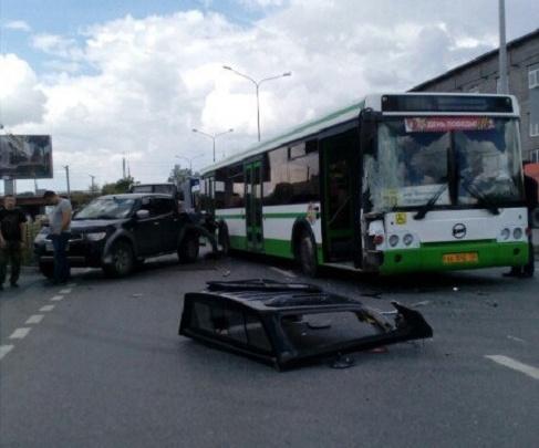 В Тюмени водитель автобуса, пытаясь объехать препятствие, устроил ДТП