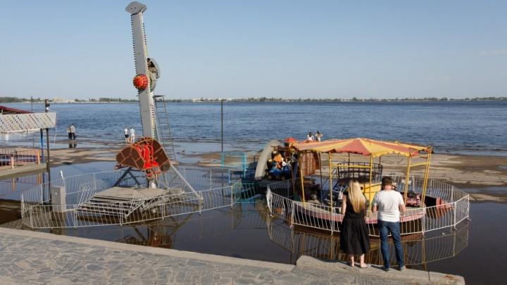 На набережной Волгограда от большой воды спасают аттракционы