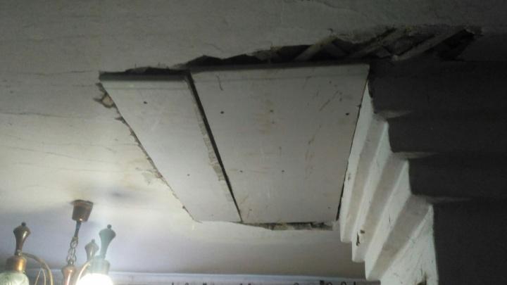 Обрушающийся потолок в доме на Чкалова управляйка спасла двумя листами ДСП