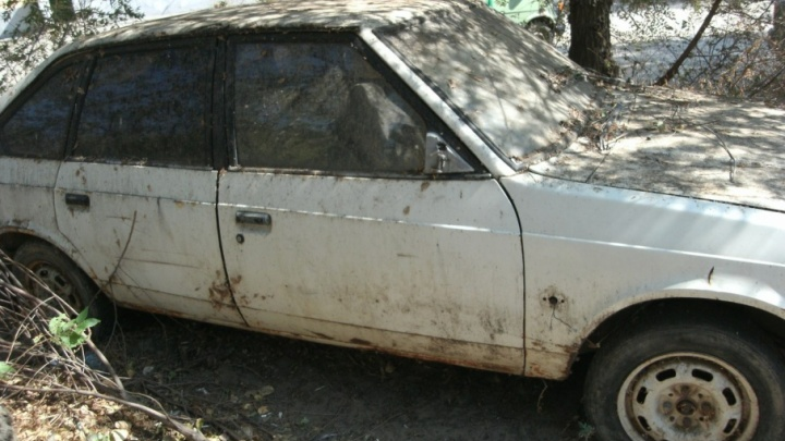 Волгоградца возмутили брошенные во дворах Советского района разбитые автомобили