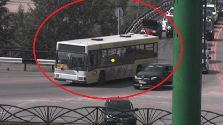 Объезжайте по Южной дамбе: в Перми автобус перегородил проезд по улице Революции
